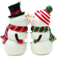 How cute are these kissing snowmen salt and pepper shakers!